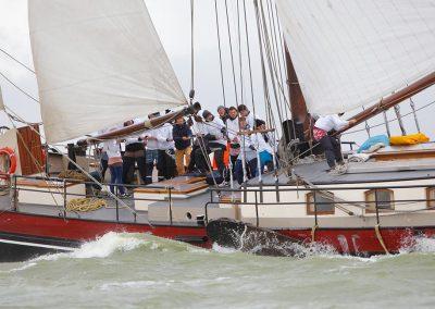 Sail away auf einem Plattboot